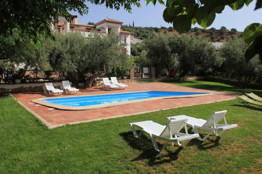 Casas con piscinas decoracin de una casa moderna y con for Piscinas naturales cantabria